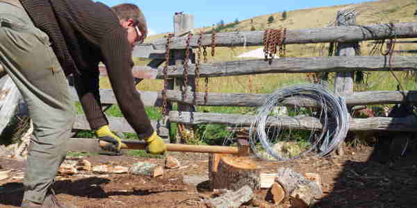 Tom hackt Holz beim Farmstay in Chile